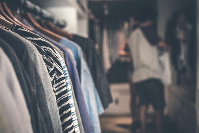 5 skutecznych produktów na pozbycie się problemu moli ubraniowych w szafie